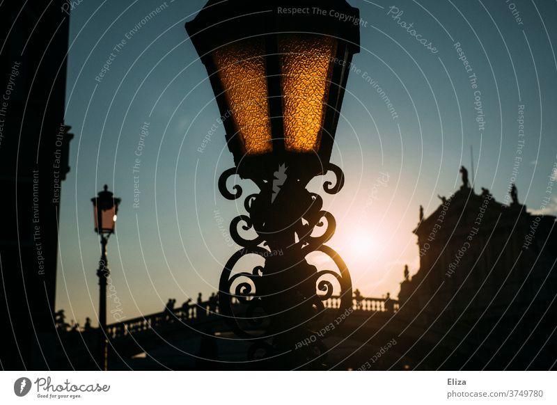 Laterne in Venedig bei Abenddämmerung Straßenlaterne Brücke dunkel Himmel Stadt verschnörkelt Straßenbeleuchtung Gegenlicht