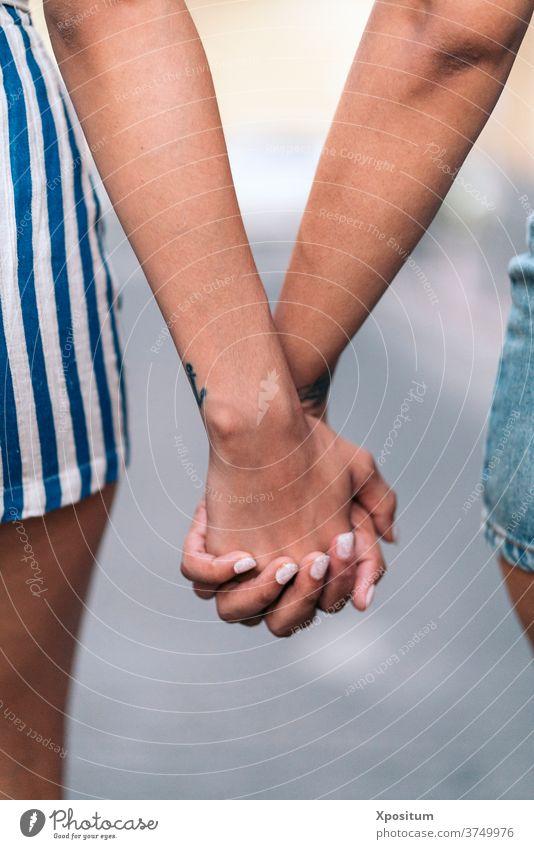Hände halten Nahaufnahme Zusammensein Nägel Mädchen Schwestern gesichtslos Liebe Detailaufnahme Händchenhalten anonym unerkannt Vorderansicht Porträt