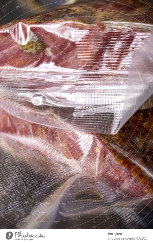 Pastrami in Plastiktüten verpackt zubereitet sous vide Paket reifen Vakuum versiegelt Verpackung Vakuumverpackt tasche Kunststoff Fleisch Nahaufnahme rot Essen