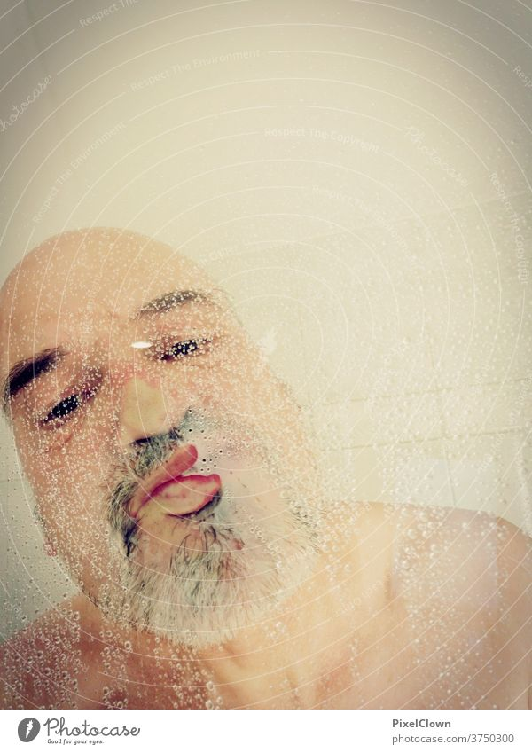 Alter Mann beim Duschen Dusche (Installation) Unter der Dusche (Aktivität) Bad Körperpflege Fliesen u. Kacheln Haut nackt Wasser Tropfen Bart glatze