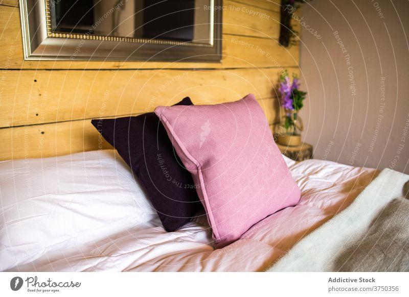 Einfaches Schlafzimmer im modernen Hotel Innenbereich Raum Bett hölzern Komfort sehr wenige einfach gemütlich Stil Zeitgenosse Möbel Wand Design Nachttisch