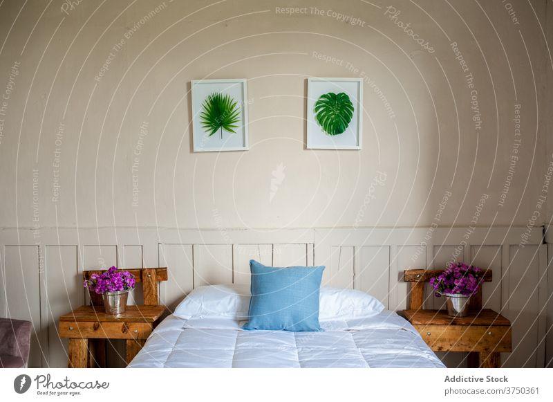 Einfaches Schlafzimmer im modernen Hotel Innenbereich Raum Bett hölzern Komfort sehr wenige einfach gemütlich Stil Zeitgenosse Möbel Design Nachttisch Tisch