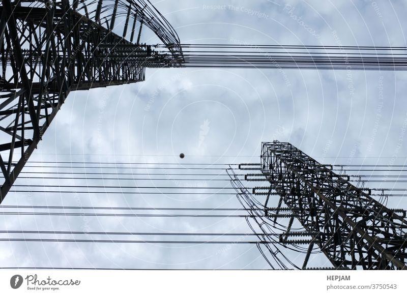 Nahaufnahme , Station für Hochspannungsleitungen. Hochspannungs-Silhouettenmast. Architektur Hintergrund Kabel Konstruktion Gefahr Verteilung elektrisch