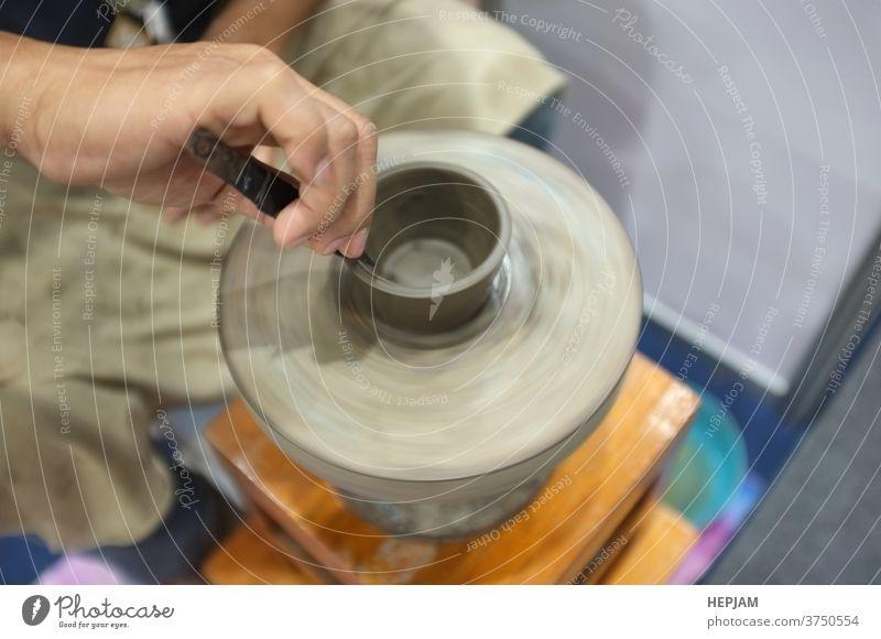 Konzept Keramik-Workshop. Der Mann, der eine Tonschüssel auf eine Töpferscheibe wirft. Kunst Kunstgewerbler Transparente Schalen & Schüsseln kreisen