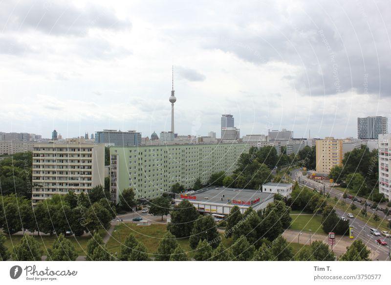 Berlin Platz Fernsehturm tv tower Hauptstadt Stadt Stadtzentrum Außenaufnahme Berliner Fernsehturm Wahrzeichen Sehenswürdigkeit Architektur Turm Menschenleer