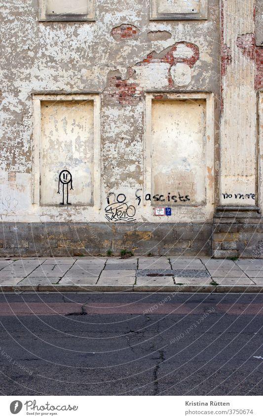 no fascists no more gesprayt an alte hausfassade strichmännchen tags graffiti wand mauer verlassen straße urban draußen öffentlich stadt dessau aussage meinung