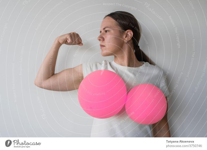 Frau mit Luftballons auf den Brüsten Erkenntnis Brust Krebs Gesundheit rosa abstützen Pflege Symbol Krankheit Almosen Hilfsbereitschaft Hoffnung