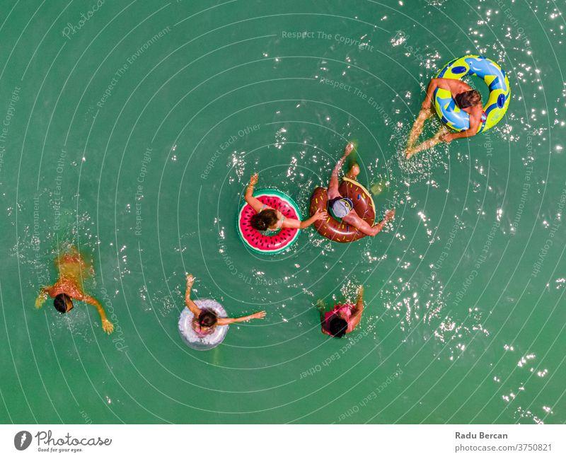 Im Ozean schwimmende Menschen, Seefotografie aus der Luft Strand Antenne Ansicht Sand Hintergrund Wasser MEER Urlaub blau reisen mediterran Tourismus Natur