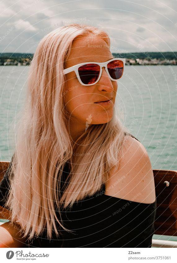 Junge Frau auf dem Bodensee bodensee wasser gewässer junge frau braun erholung entspannung kleid schwarz sonnebrille lange haare himmel blond Wasser