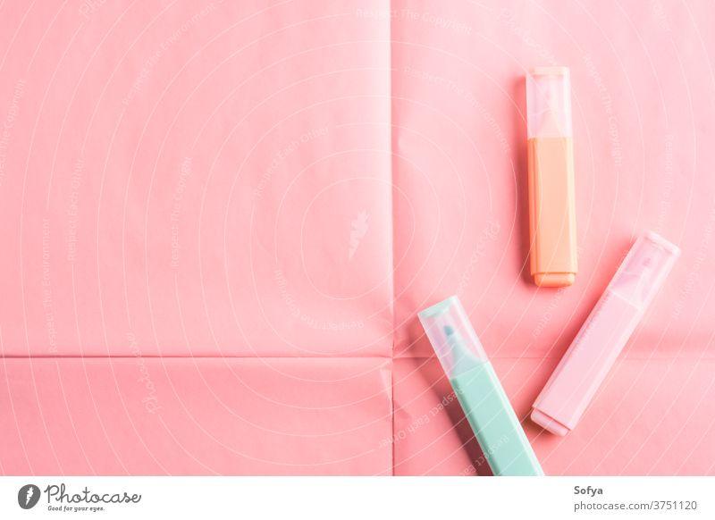 Pastellfarbene Marker auf korallenrosa Hintergrund Textmarker Farbe Markierungen Korallen geometrisch Schreibwarenhandlung schreiben Rücken Schule lernen