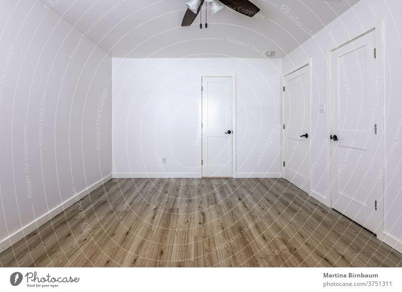 Leeres Schlafzimmer mit offenen Türen, die zum Wohnzimmer, zum Badezimmer und zu einem Schrank führen Raum Kopie wohnbedingt Appartement Wand Hintergrund Licht
