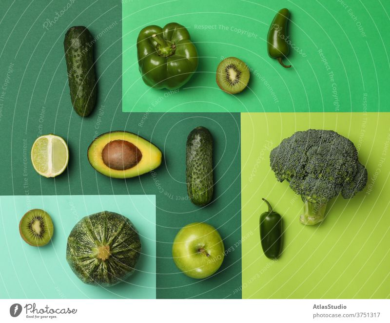 Frisches Gemüse und Obst auf farbigem Hintergrund flach Kiwi Avocado Salatgurke Kohlgewächse Konzept Paprika Apfel Gesundheit Textur Diät Brokkoli Kalk