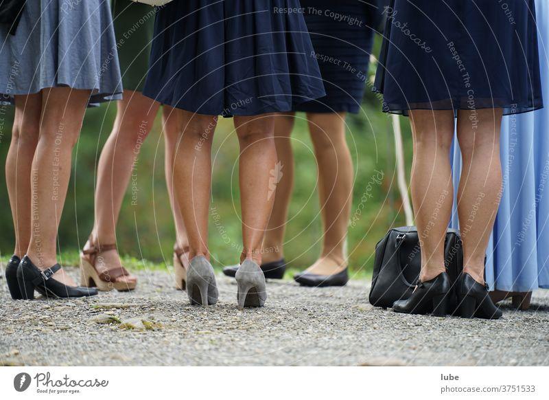 Schöne Beine beine frauenbeine fuß Schuhe Sommer stehen Frau kleid hochzeit hochzeitsgäste Damenschuhe Strümpfe feier fest party