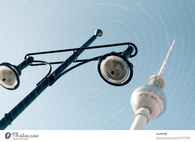 Fernsehturm und Lampe Berliner Fernsehturm Alexanderplatz Berlin Mitte Architektur Laterne Straßenlaterne Wahrzeichen Turm Hauptstadt Stadtzentrum Berlin-Mitte
