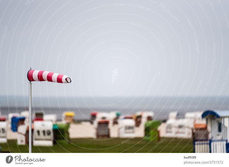 Westwind im Windsack an der Küste Windmesser Herbst herbstlich Herbststürme Himmel Wolken Natur Landschaft Meer rot Nordsee Ferien & Urlaub & Reisen Sturm