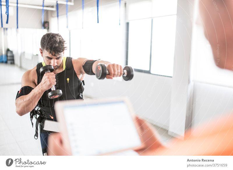 Männertraining mit Elektrostimulation Training menschlich elektrisch Fitnessstudio Anregung kämpfen Elektrode Werkzeug Gewicht passen Mann Erwachsener