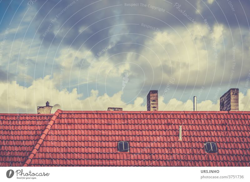 Wolken hinter den Dächern der Großstadt Dach Außenaufnahme Gebäude Himmel Stadt Dachziegel Tag Dachfenster Luke Fenster menschenleer Schornstein Ziegel Haus alt