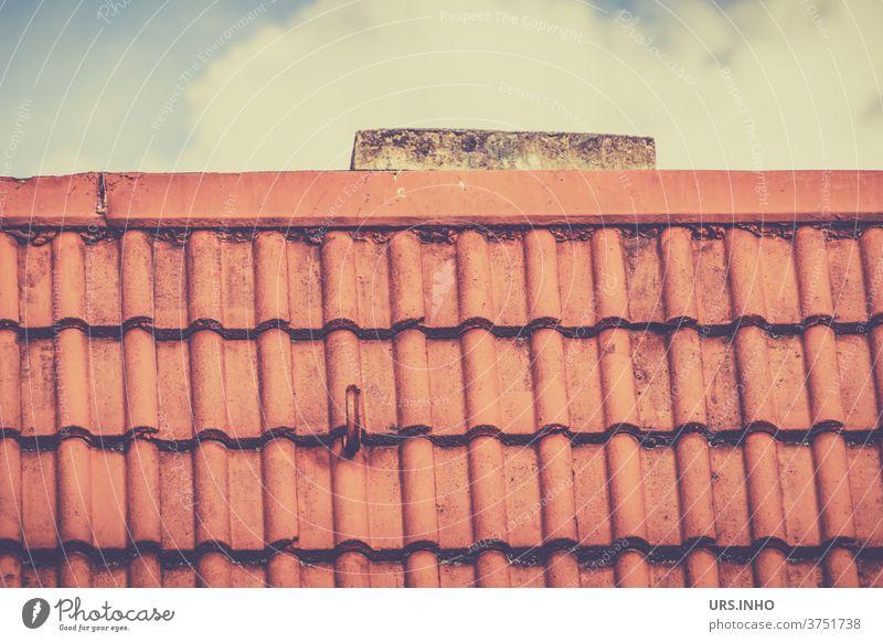 ein Stückchen Schornstein ragt hiner dem Ziegeldach hervor Dach Dachfläche Wolke Dachdecker Dachdeckerei orange Dachziegel Reihen linear alt rot emporragen