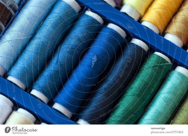 Nahaufnahme von farbigen Nähfäden auf Spulen Garnspulen Kleidung Farbe Baumwolle Handwerk Gerät Gewebe Sehne Material Handarbeit Muster Nähen sticken Schnur