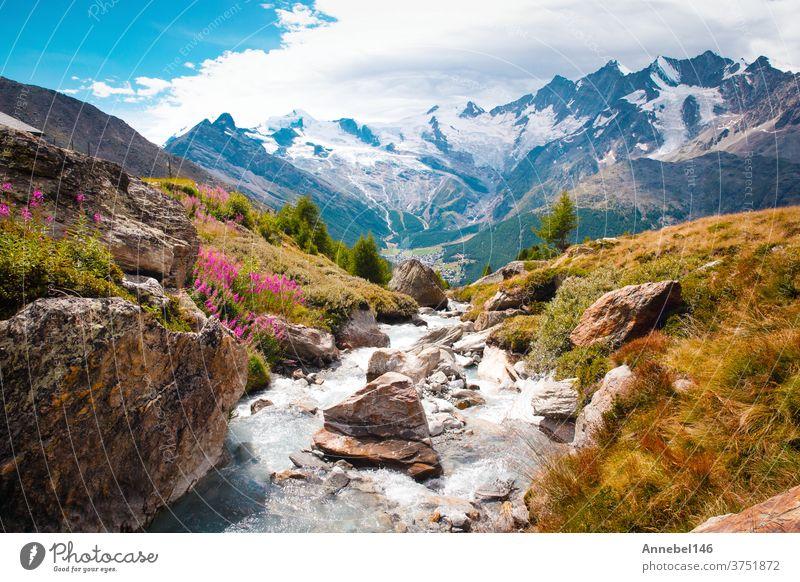 Wunderschöne Berglandschaft mit Bach bei den Alpen, Schweiz im Sommer bei blauem Himmel Landschaft Natur strömen Wasser Berge u. Gebirge Fluss grün im Freien