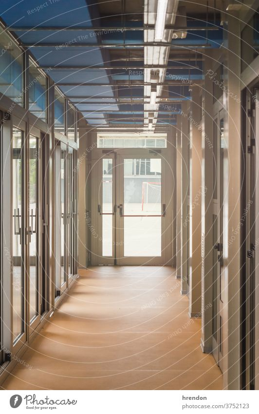 leerer Schulkorridor - Notausgang Bildung Schule Klasse zurück zur Schule Klassenraum elementar im Innenbereich primär Wissen lernen Sicherheit lehrreich