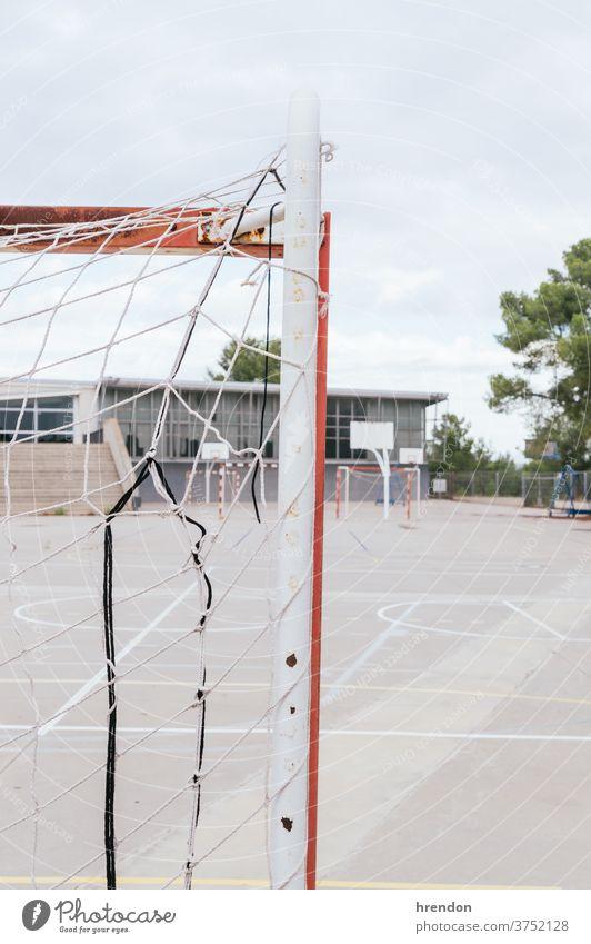 einen leeren Schulhof Fußball Tor Netz Bildung Schule zurück zur Schule elementar primär lehrreich keine Menschen Grundschule Hof Spielplatz Sport spielen