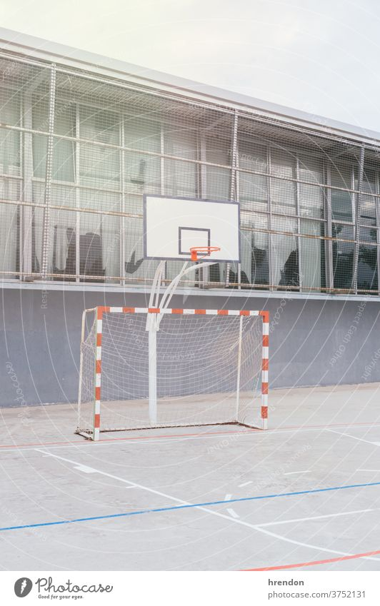 einen leeren Schulhof Bildung Schule zurück zur Schule elementar primär lehrreich Grundschule Hof Spielplatz Sport spielen Fußball niemand Stadion Erholung