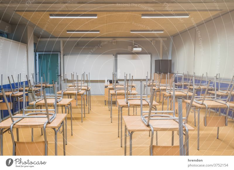 Leere Schule - aufgrund des Coronavirus COVID-19 Bildung Klasse zurück zur Schule Klassenraum elementar im Innenbereich Schreibtisch primär Wissen lernen