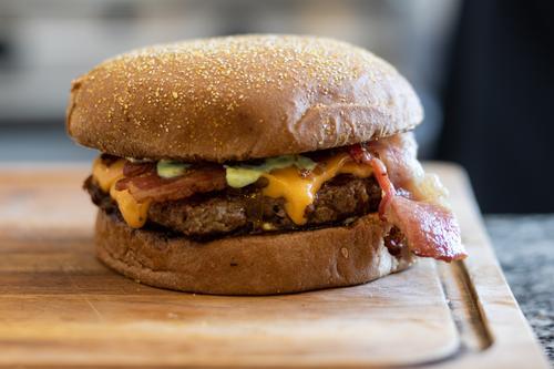 Burger mit Speck Käse Lebensmittel Mittagessen Fleisch Mahlzeit lecker hamburguer handgefertigt Feinschmecker Brot Snack