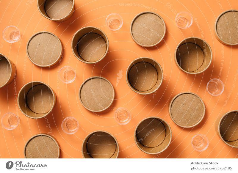 Set mit verschiedenen Einwegbechern Einwegartikel Imbissbude Tasse Kunststoff Karton Besteck Geschirr Utensil Kulisse Schachtel Container Papier Kasten sortiert