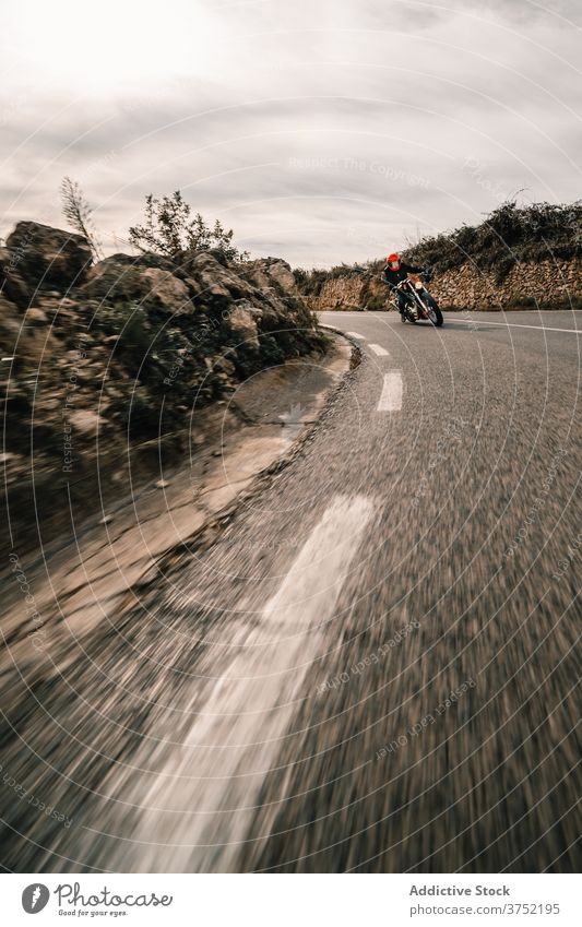 Fahrer auf Motorrädern fahren auf kurviger Straße Biker Motorrad Mitfahrgelegenheit Laufwerk Kurve Geschwindigkeit Berge u. Gebirge Kraft schnell reisen