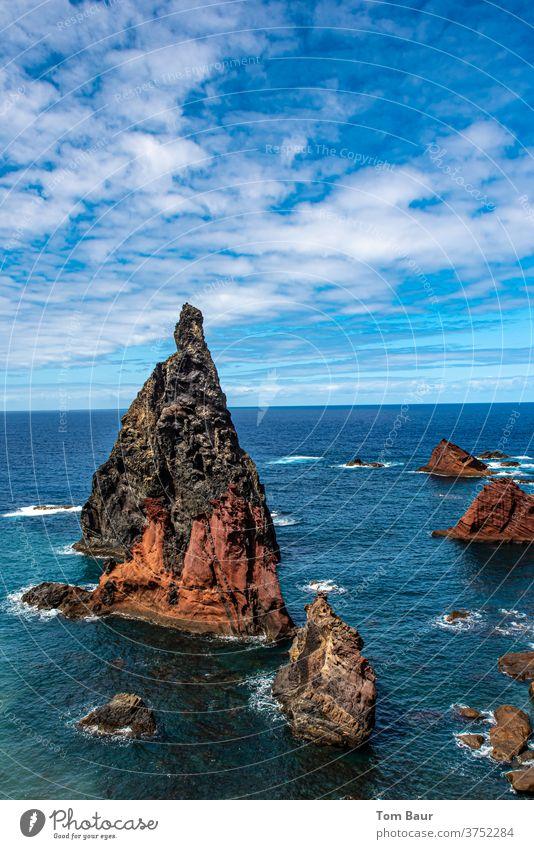 Der Fels in der Brandung - schöne Felsformation im Meer mit wunderschönen blauen Wolkenhimmel vor Madeira Felsen Ozean Küste Natur Landschaft Himmel Wasser