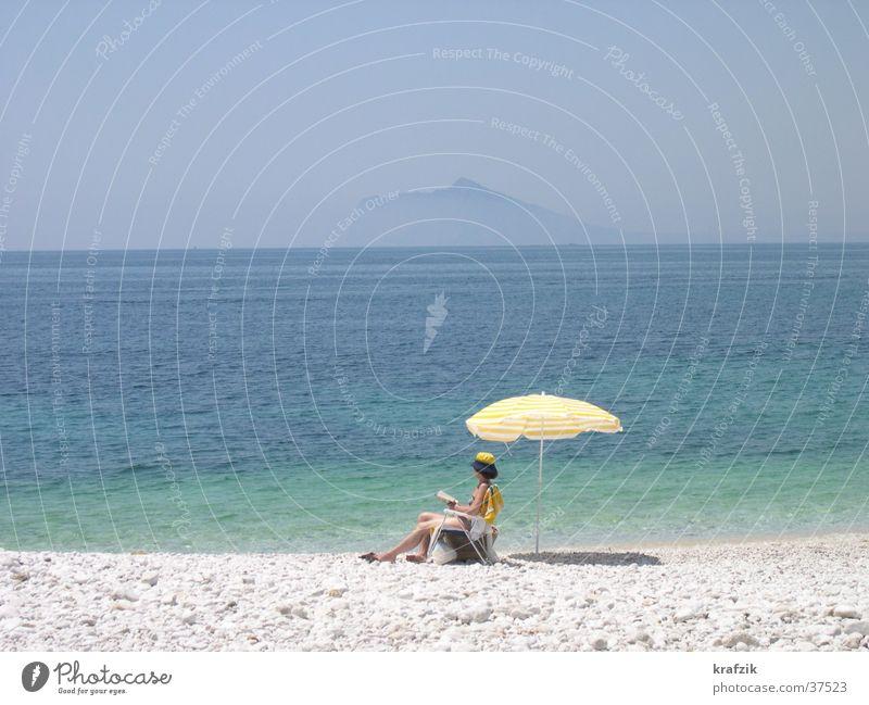 mit Sonnenschirm am Strand Wasser Meer Sommer Europa