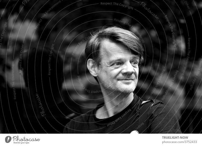 Tim Trzoska, eingeborener Berliner mit mehr Herz als Schnauze und sensiblem Fotografen Blick für die Vergänglichkeit seiner Stadt, Art Direktor, Autor von Fotobüchern und Videos hier vor einem Schaufenster in Prenzlauer Berg