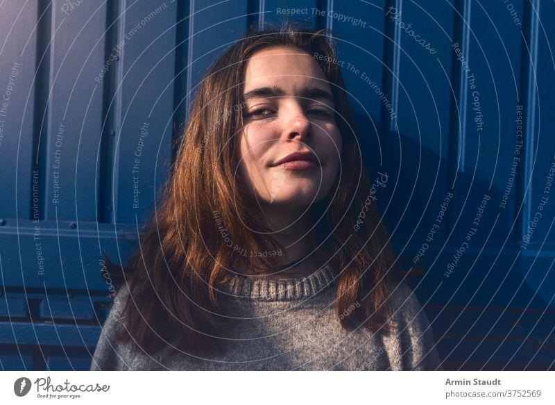 Porträt einer jungen, lächelnden, selbstbewussten Frau Teenager Mädchen lässig Kaukasier im Freien Lächeln glücklich Glück schön lange Haare Nahaufnahme Sommer