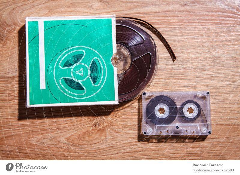 alte Bänder und Kassetten Klebeband Audio altehrwürdig Musik retro Klang stereo Hintergrund Medien weiß spielen Gesang Kunststoff altmodisch zuhören analog