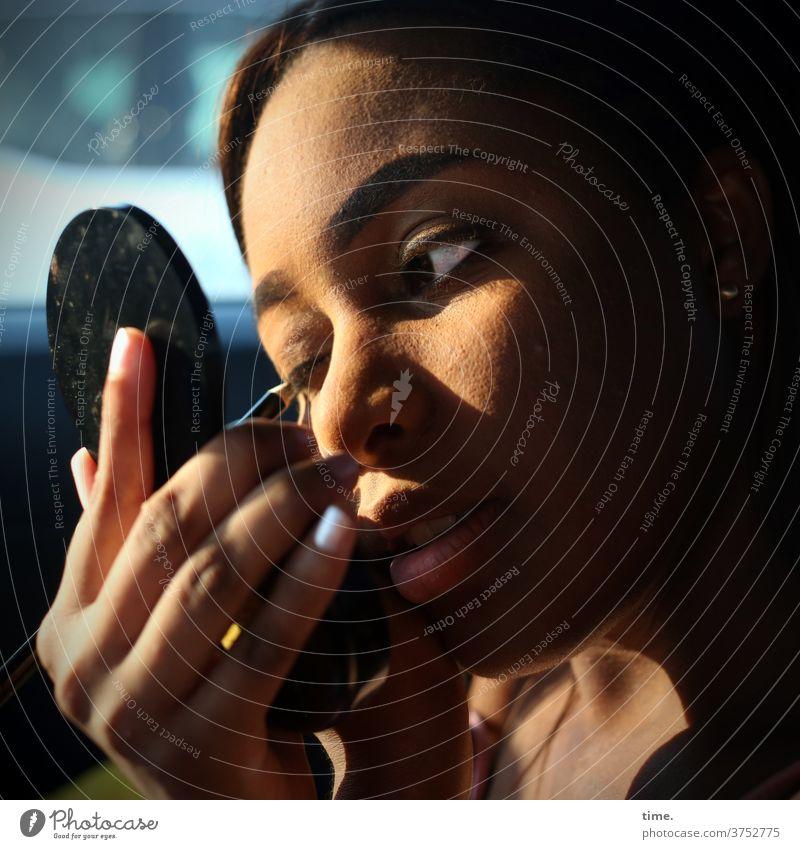 Arabella frau schminken spiegel blick konzentration auge lidschatten stift hand