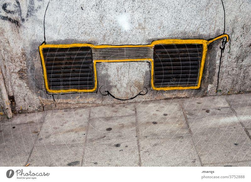 Kunst am Bau | stiller Beobachter Wand Beton Mauer grau Lüftungsschlitz Lüftungsschacht Graffiti skurril Brille Brillenträger Nase beobachten Überwachung gelb