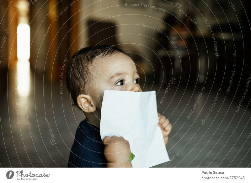 Kleinkind mit einem weißen Papier in der Hand Kind Kindheit Kaukasier 0-12 Monate Baby Farbfoto niedlich Mensch schön Tag klein Glück Menschen zu Hause