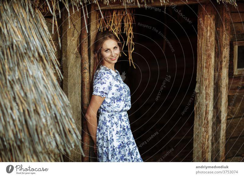 schöne junge Frau im Freien Portrait. Bildnis eines schönen Mädchens vor einem Baumhaus. niedlich Gesicht Person Lifestyle Sommer hübsch Porträt Erwachsener