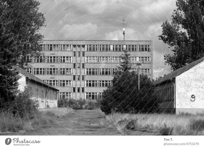 Bereitschaftspolizei Brandenburg / Berlin Vergangenheit Plattenbau s/w b/w Schwarzweißfoto b&w Einsamkeit Architektur alt schwarz Fenster