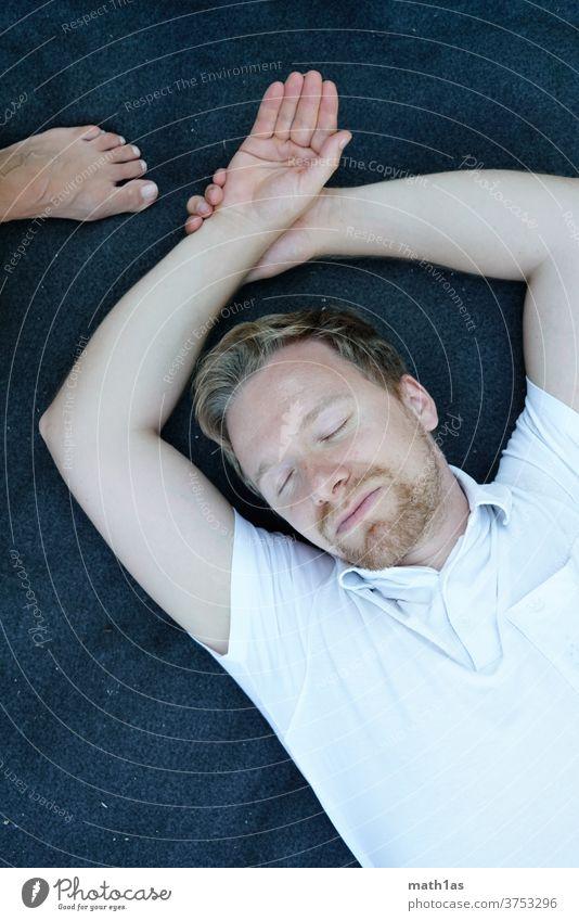 Mann schläft auf Decke von Oben Bart männlich maskulin männlichkeit blon weiß blau portrait jung reif 30 hand fuß