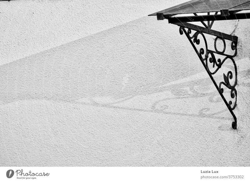 ein altmodisches Vordach und sein Schatten, schwarzweiss Jugendstil Schwarzweißfoto Architektur Menschenleer Fassade Außenaufnahme Gebäude Licht Wand Haus