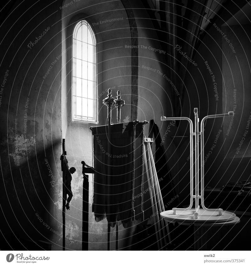 I.N.R.I. Kirche Gebäude Raum Sakristei Kammer Tisch Fahne Kruzifix Gewölbe Gewölbebogen Neogotik Bogen Mauer Wand Fenster warten dunkel Verschwiegenheit