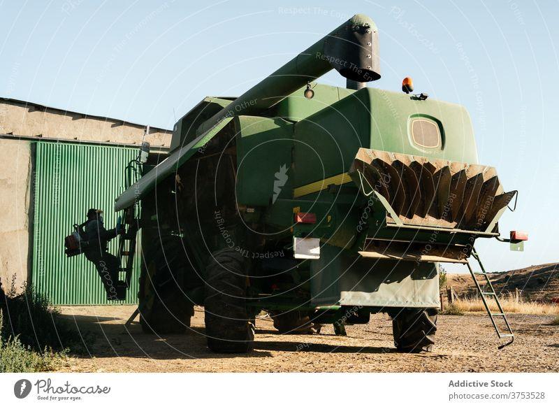 Landwirtschaftliche Maschine auf dem Hof geparkt Erntemaschine Mähdrescher Bauernhof Ackerbau Fahrzeug Ackerland Verkehr PKW Mechanismus Flugzeugwartung Saison