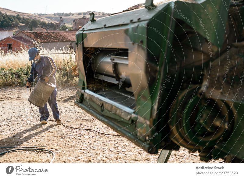 Landwirt repariert Detail einer landwirtschaftlichen Maschine Erntemaschine Mähdrescher Reparatur Detailaufnahme Bauernhof Ackerbau Fahrzeug Flugzeugwartung