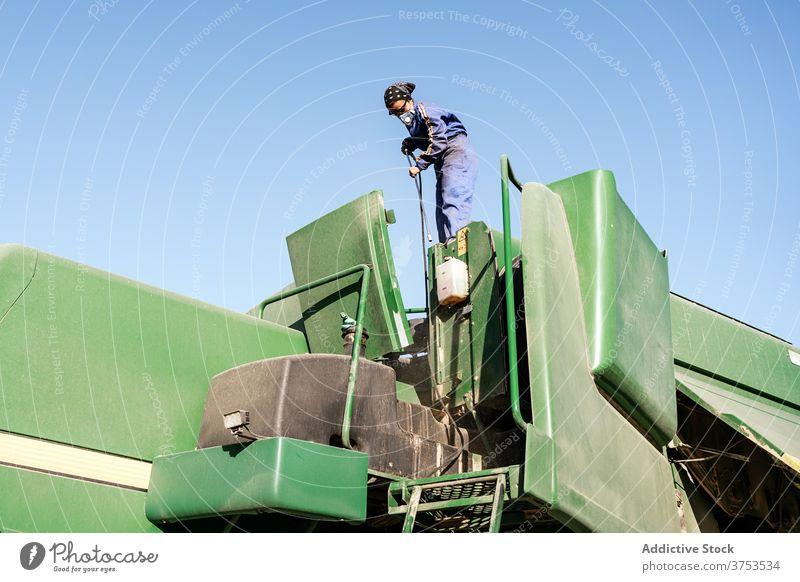 Arbeiter in der Maskenreinigungsmaschine Mitarbeiter Atemschutzgerät Maschine Ackerbau Landschaft Flugzeugwartung Sauberkeit Waschen behüten Beruf Job Industrie