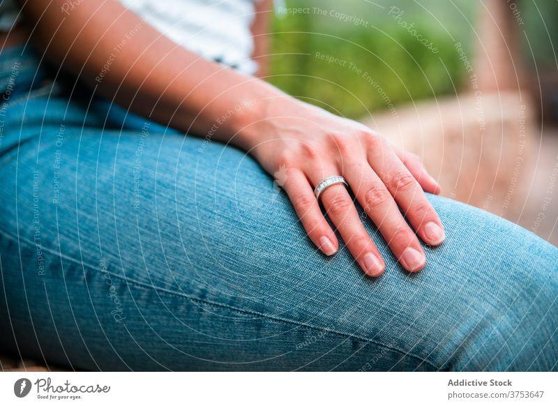 Verheiratete Frau mit Ring am Finger Engagement verheiratet elegant Schmuck Accessoire romantisch Kostbarkeit Juwel Park Sommer Wochenende Reichtum hochzeitlich