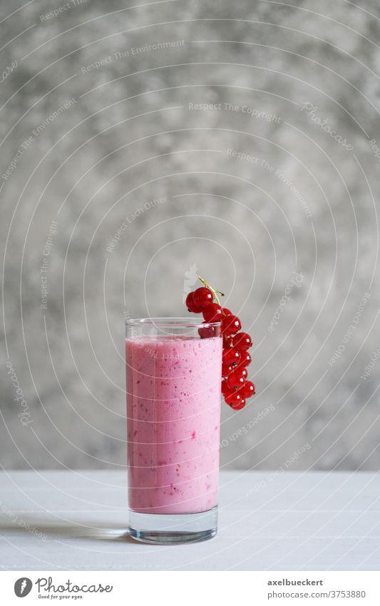 Johannisbeer-Smoothie oder Milchshake Johannisbeeren Getränk Ernährung selbstgemacht trinken rote Johannisbeeren Beeren Frucht Gesundheit Lifestyle Saft frisch