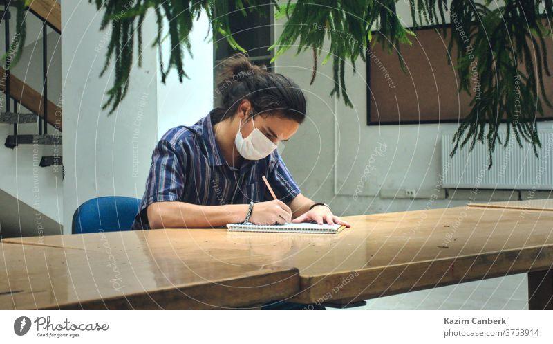 Isolierte, maskierte College-Studentin, die allein in der Bibliothek mit schönem Sonnenlicht studiert Korona Hintergrund weiß vereinzelt Gesundheit Wissenschaft